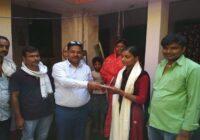 प्रखंड  टॉपर स्मृति कुमारी के घर सम्मानित करने पहुचे इंजीनियर सुमित कुमार (बलि यादव)